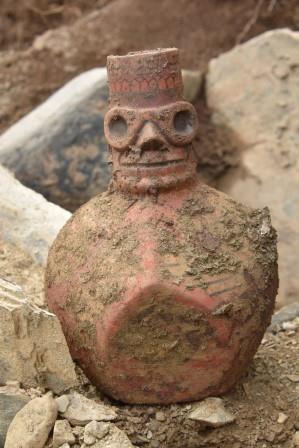Один из горшков был оформлен в характерном для культуры Уари стиле: он несет изображение человеческого лица с глазами, носом и ртом.