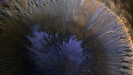Следы потоков воды в кратере на Марсе © NASA/JPL/University of Arizona