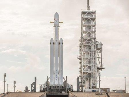 Falcon Heavy перед стартом © Wikimedia Commons