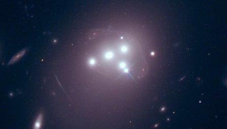 Скопление галактик Abell 3827 и клубы темной материи в четырех крупных галактиках © NASA / ESA/Richard Massey (Durham University)