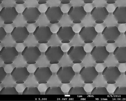 """Трехмерная периодическая структура с периодом около 3 мкм Фото с электронного микроскопа НОЦ """"Нанотехнологии"""" ЮУрГУ"""