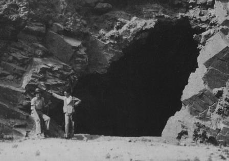 Вход в Верхнюю пещеру, май 1933 г. (Jia, 1999, p. 67.)