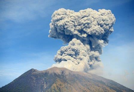 Вулкан Агунг, Бали. 3 июля 2018 © AFP 2018 / Sonny Tumbelaka