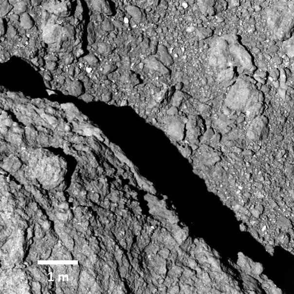 Снимок поверхности Рюгу с высоты 64 метров © JAXA