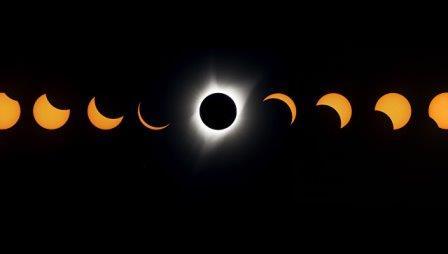 Комбинированное изображение полного солнечного затмения. 21 августа 2017 © AFP 2018 / Stan Honda
