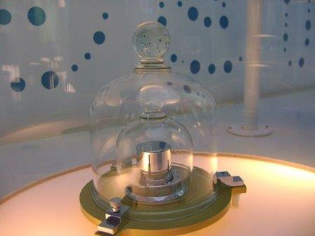 Одна из копий эталона килограмма © Wikimedia Commons
