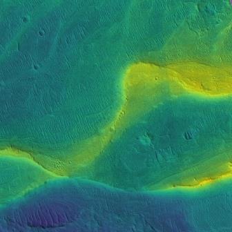 Речное русло на Марсе. Цвета условные и соответствуют высоте© NASA/JPL/Univ. Arizona/UChicago