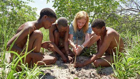 Профессор Ванесса Хейс с местными жителями в пустыне Калахари © Chris Bennett