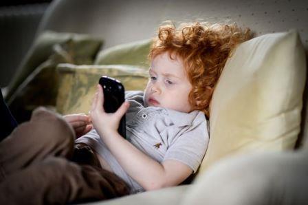 Смартфоны часто винят в снижении результатов тестов на IQ у детей, но реальность может быть более сложной ©Start-Rite Shoes