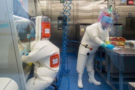Работники Лаборатории специальных патогенов и биобезопасности Уханьского института вирусологии