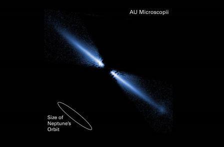 Изображение диска осколков вокруг звезды красного карлика в видимом свете AU Microscopii © NASA/ESA/J.E. Krist (STScI/JPL) & D.R. Ardila (JHU)