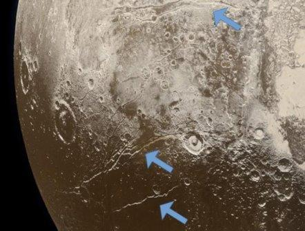 Трещины на поверхности Плутона ©NASA, New Horizons, JHUAPL, SwRI, Alex Parker