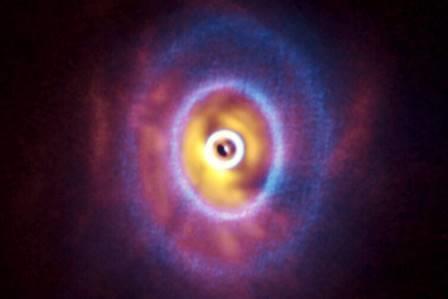 Составное изображение GW Orionis, полученное телескопами ALMA (синий цвет) и ESO VLT (красно-желтый) © ALMA (ESO/NAOJ/NRAO), ESO, Exeter, Kraus et al., 2020