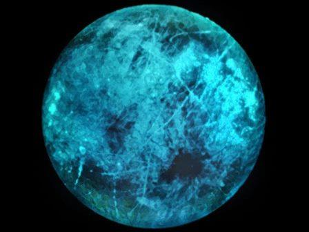 Темная сторона спутника Юпитера Европы может быть не такой уж темной. Результаты лабораторных исследований позволяют предположить, что излучение интенсивного магнитного поля вокруг Юпитера может вызвать свечение ледяной поверхности Европы (см. рисунок). © JPL - Caltech /NASA