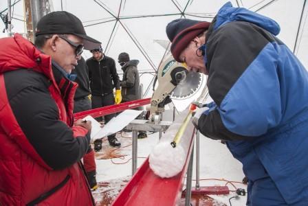 Яо Тандун (слева) и Лонни Томпсон (справа) обрабатывают ледяной керн, пробуренный в ледяной шапке Гулия на Тибетском плато в 2015 году. Согласно новому исследованию, лед содержал вирусы возрастом почти 15 000 лет © Lonnie Thompson